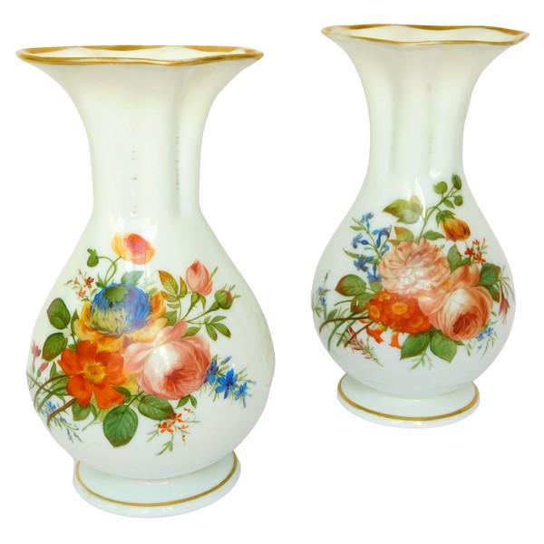 Baccarat : paire de vases en opaline peints à la main de bouquets de fleurs polychrome et or, vers 1840