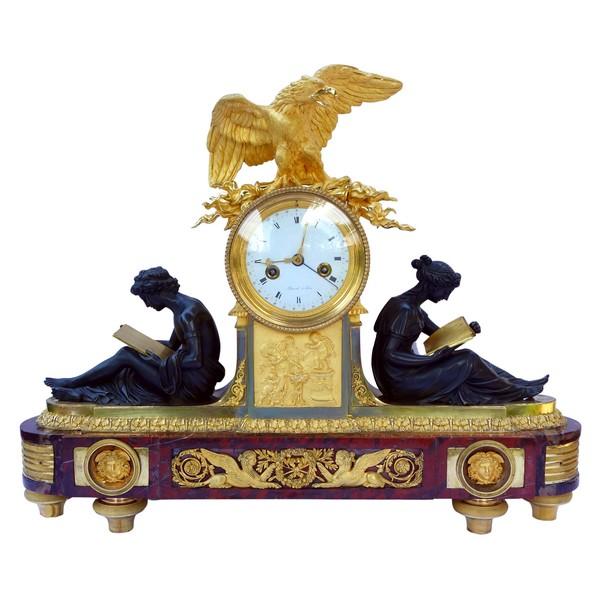 Pendule aux Maréchaux d'époque Empire, début XIXe siècle, bronze doré et marbre griotte