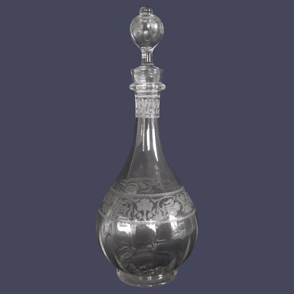 Grande carafe à vin en cristal de Baccarat gravé de fleurs de lys, modèle Chablis - 33cm