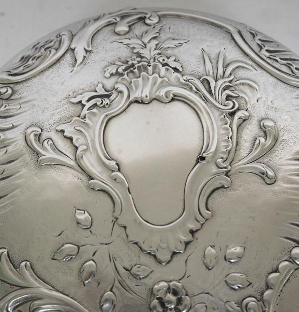 Puiforcat : grande boîte / bonbonnière en argent massif de style Rocaille, poinçon Minerve