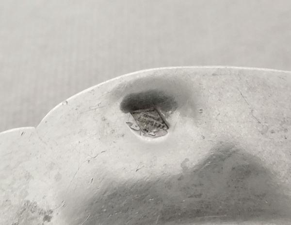 Puiforcat : passe-thé en argent massif, modèle Fer de Lance style Gothique, poinçon Minerve