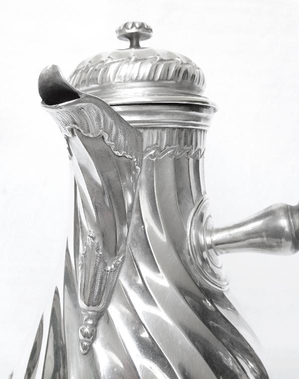 Verseuse à prise latérale / cafetière de style Louis XV en argent massif par Puiforcat - Lapar, poinçon Minerve