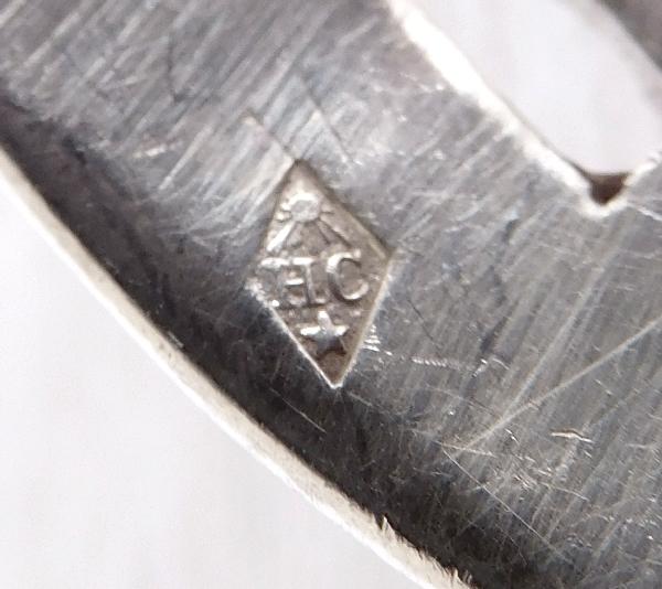 Saupoudreuse et fourchette à petits fours de style Louis XV en argent massif, poinçon Minerve, par Henri Chenailler
