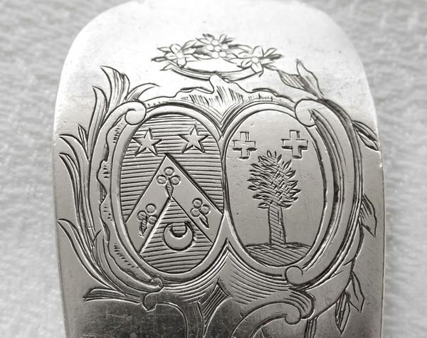 Cuillère saupoudreuse armoriée en argent massif d'époque XVIIIe siècle - 99g - Paris 1775