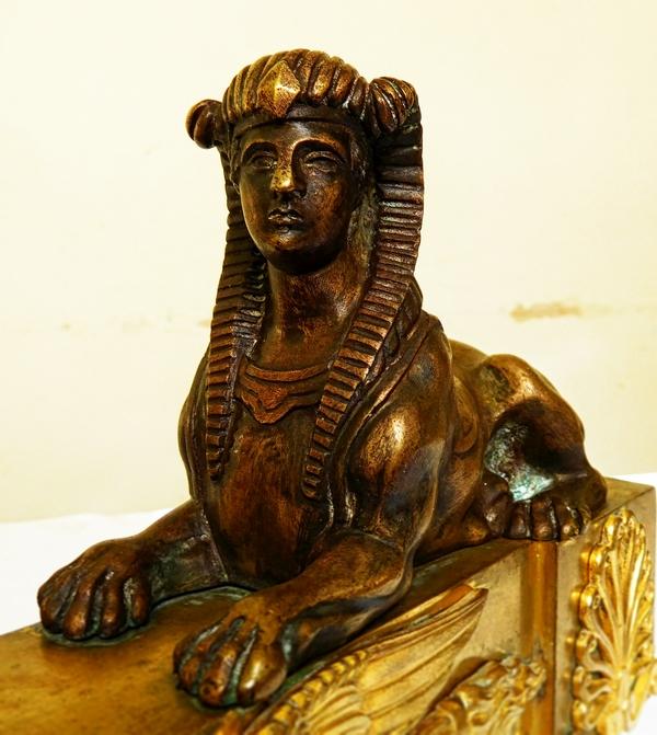 Paire de grands chenets / feux de château en bronze doré et patiné, époque Empire