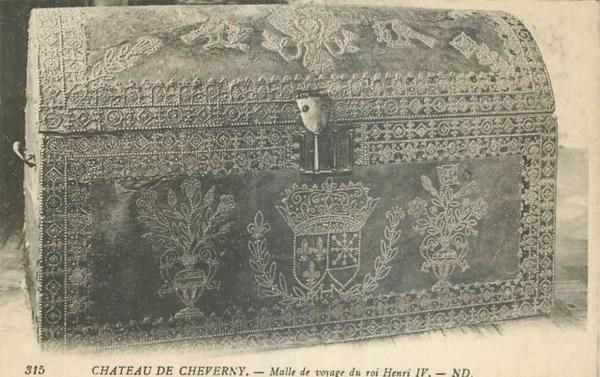 Malle de carosse en cuir clouté d'époque Louis XIII, début XVIIe siècle