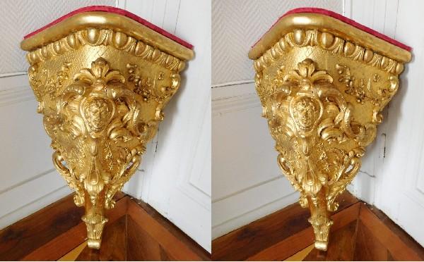 Paire de grandes consoles d'angle de style Régence en bois doré
