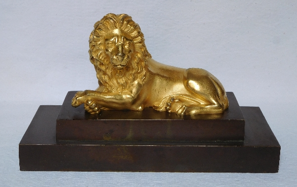 Grand presse-papier au lion, bronze doré sur socle en bronze patiné, époque Empire Restauration
