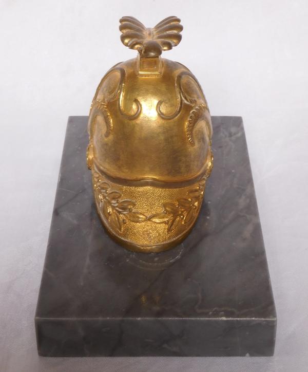 Presse-papier au casque à l'antique, bronze doré et marbre bleu Turquin, début XIXe siècle