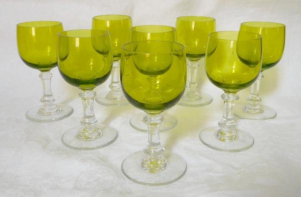 Série de 8 verres à vin cuit en cristal de Baccarat overlay de couleur vert chartreuse