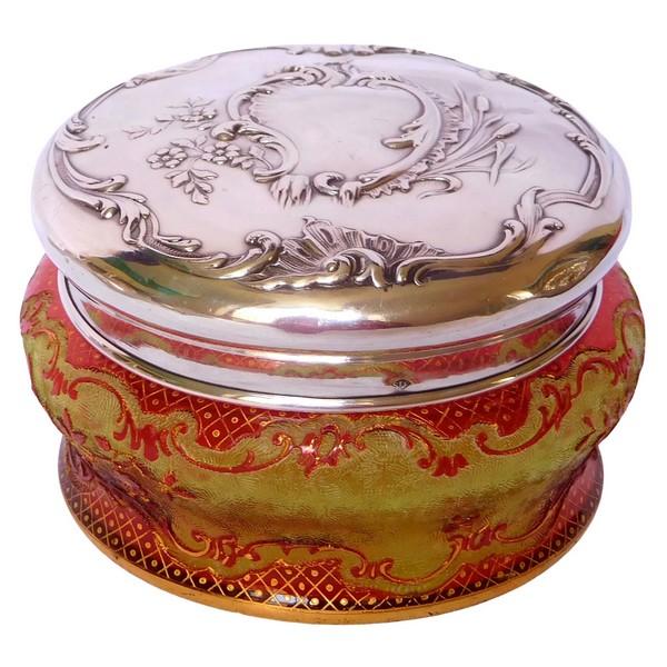 Boite bonbonnière cristal de Baccarat multi-couches rouge vert et doré et argent massif, style Louis XV