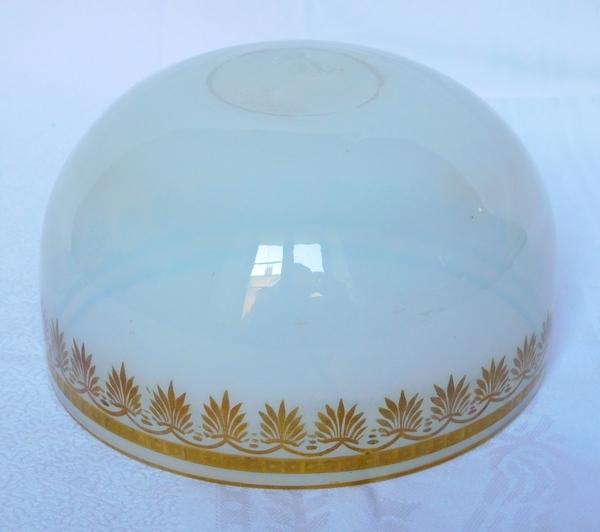 Bol d'époque Restauration Charles X en opaline savonneuse dorée