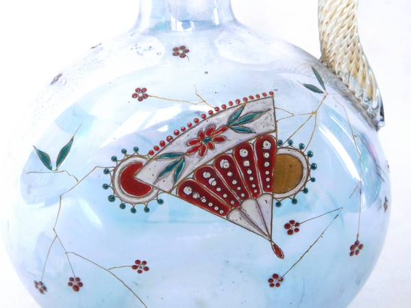 Carafe à porto en cristal de Baccarat, cristal irisé bleu émaillé japonisant, trace d'étiquette