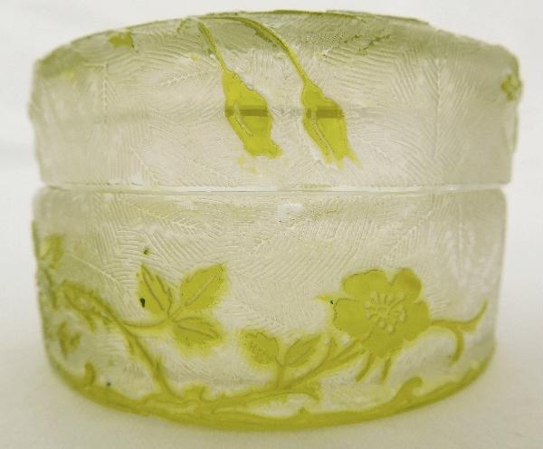 Boîte à poudre en cristal de Baccarat, modèle Eglantier vert chartreuse