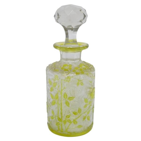 Flacon à parfum en cristal de Baccarat, modèle Eglantier vert chartreuse - 12cm