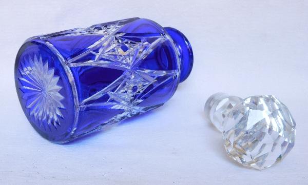 Grand flacon en cristal de Baccarat, rare modèle overlay bleu cobalt - 21cm