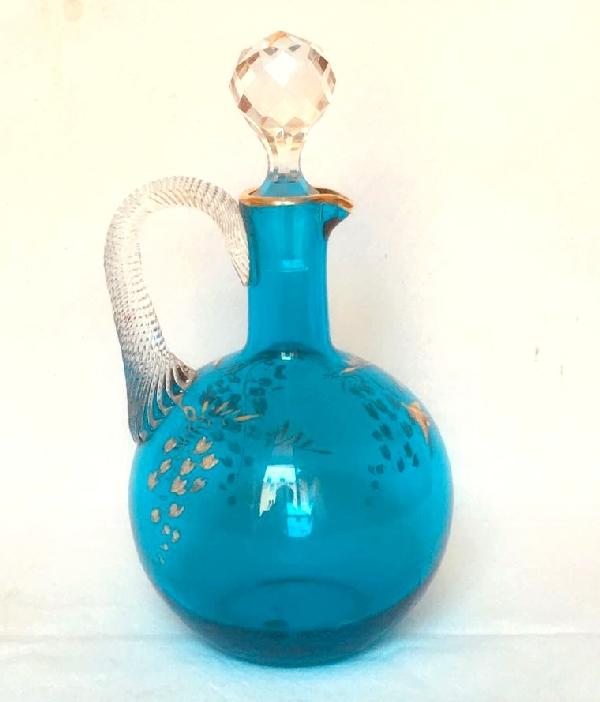 Rare carafe à liqueur en cristal de Baccarat bleu forme boule réhaussée à l'or fin, vers 1900