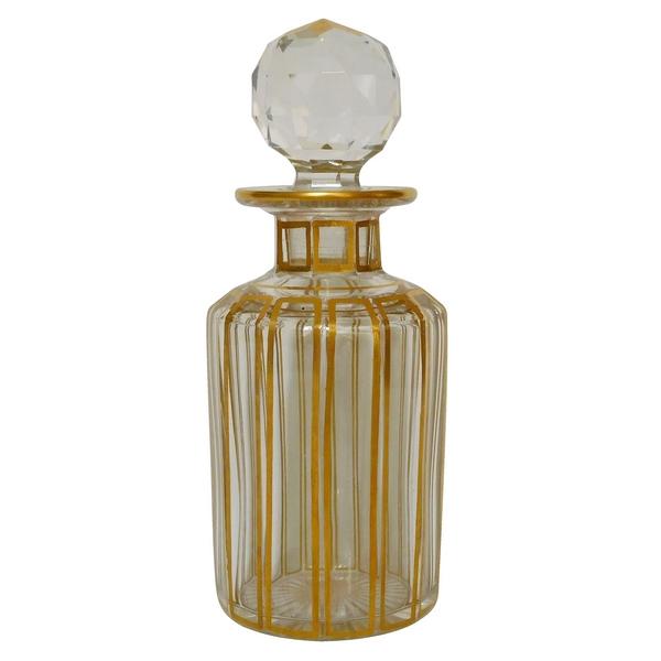 Très grand flacon en cristal de Baccarat, modèle Cannelures réhaussé de filets or avec étiquette - 17,3cm