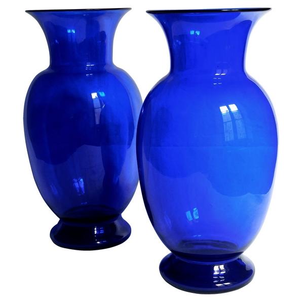Paire de grands vases / potiches en cristal de Saint Louis bleu cobalt, étiquette papier