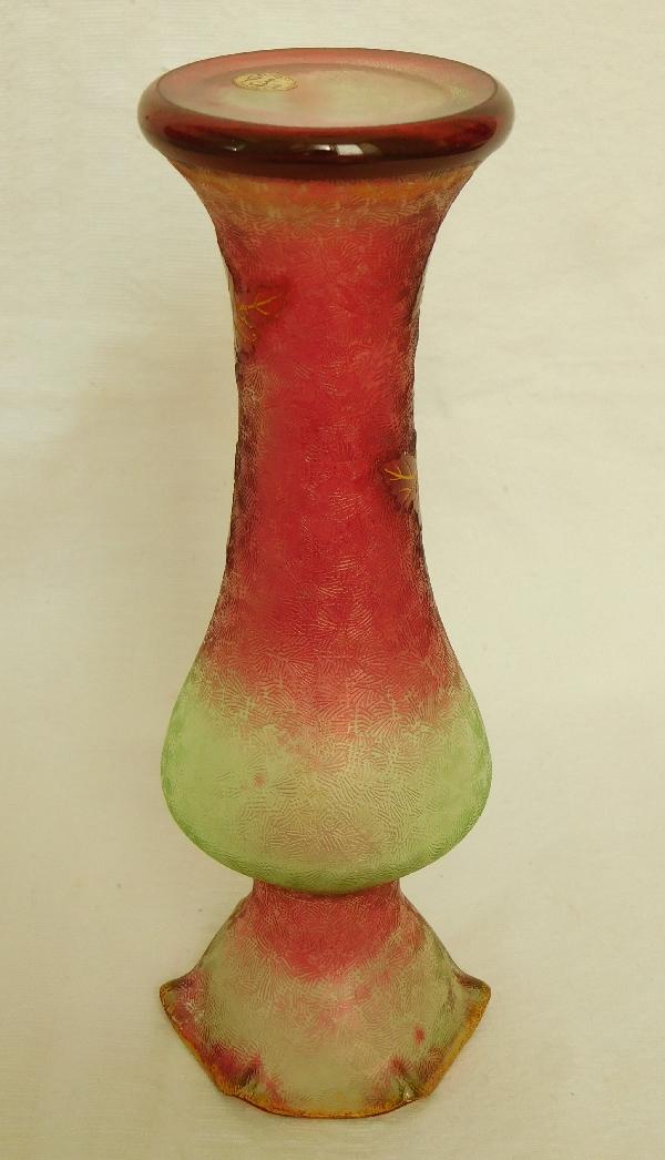 Rare vase en cristal de Baccarat multi-couches aux chardons rouge, vert et doré