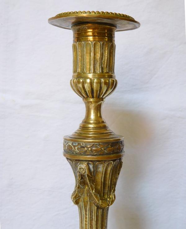 Paire de bougeoirs de style Louis XVI en bronze ciselé - milieu XIXe siècle