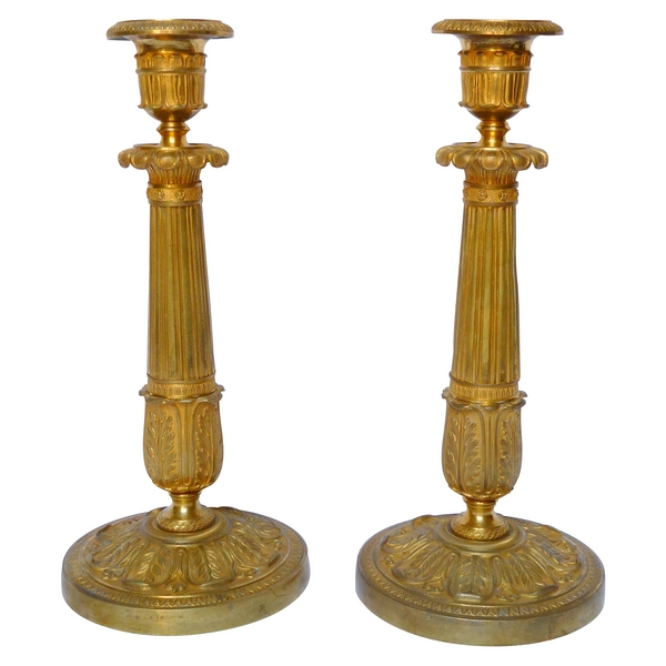 Paire de bougeoirs flambeaux Empire en bronze ciselé et doré au mercure, époque Restauration