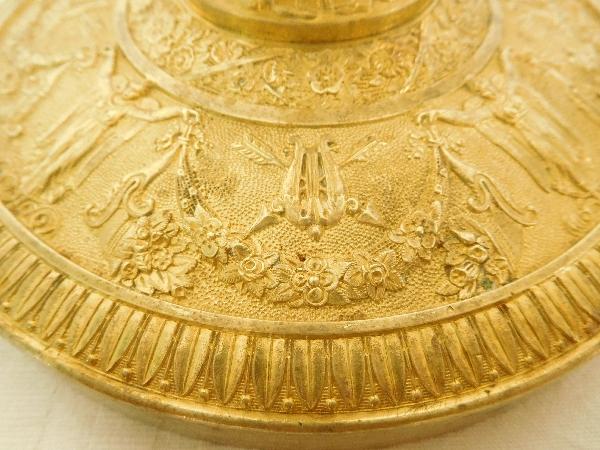 Paire de grands bougeoirs flambeaux Empire bronze ciselé et doré au mercure, époque Restauration XIXe