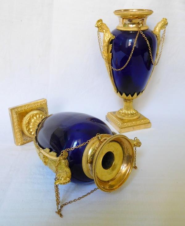 Garniture de cheminée d'époque Louis XVI 4 pièces aux coqs - bronze doré, marbre et verre bleu