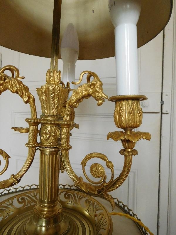 lampe bouillotte en bronze cisel et dor de style louis xvi mod le aux ch vres. Black Bedroom Furniture Sets. Home Design Ideas