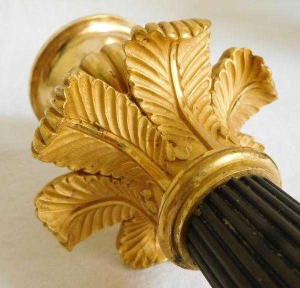 Paire de bougeoirs flambeaux tripodes en bronze patiné et doré au mercure, époque Empire Restauration