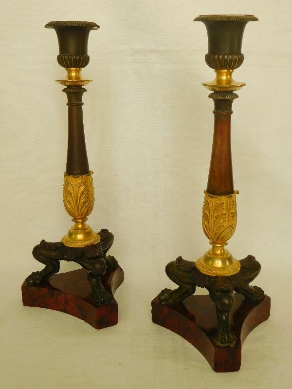Paire de flambeaux / bougeoirs Empire en bronze doré, patiné et marbre griotte, époque Restauration