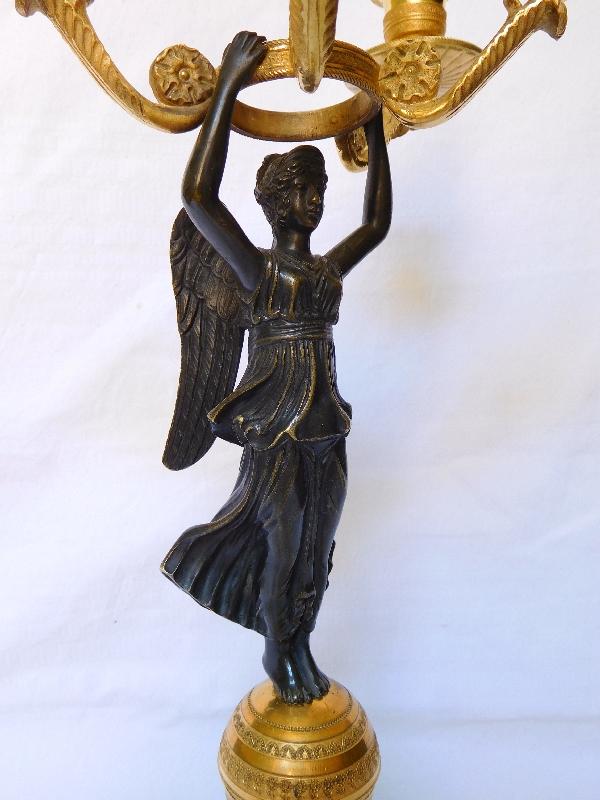 Paire de candélabres Empire à la Victoire ailée, bronze doré et marbre jaune de Sienne
