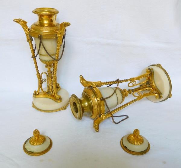 Paire de cassolettes à bougeoirs renversés en bronze doré et marbre, style Louis XVI