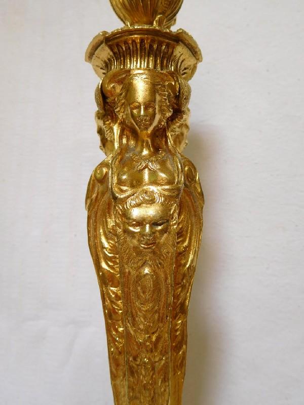 Paire de bougeoirs / flambeaux en bronze doré de style Louis XVI, d'après Jean-Démosthène Dugourc