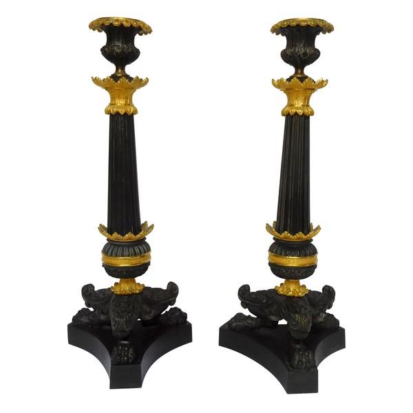 Paire de bougeoirs flambeaux tripodes bronze patiné et doré au mercure, époque Empire Restauration début XIXe