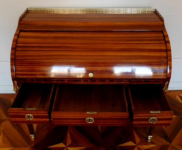Pierre Macret : bureau cylindre de milieu en plaquage de satiné - époque Louis XVI estampillé