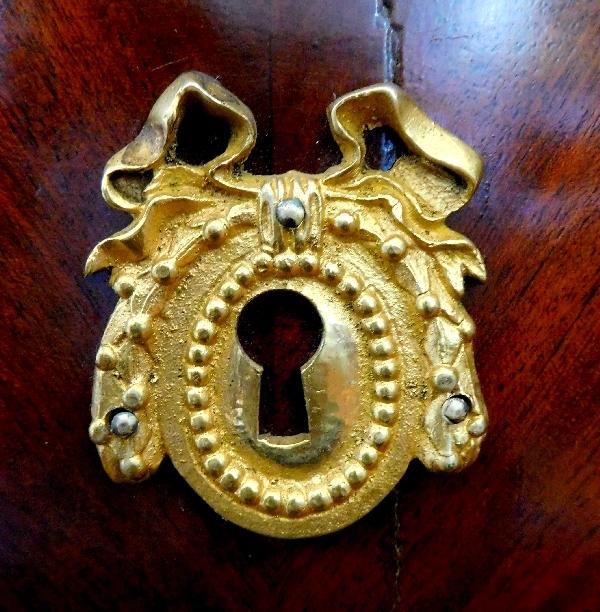 Commode / chevet d'époque Louis XVI en placage d'acajou à ouverture latérale