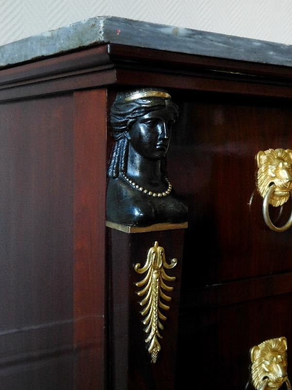 Commode d'époque Consulat en acajou flammé, attribuée à Molitor - bronzes dorés au mercure