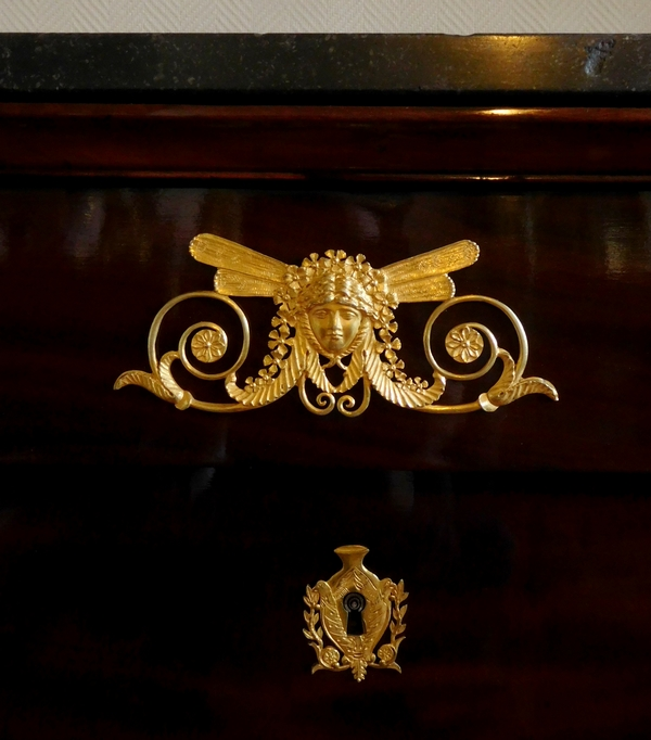 Commode d'époque Empire en acajou, riche garniture de bronzes dorés au mercure