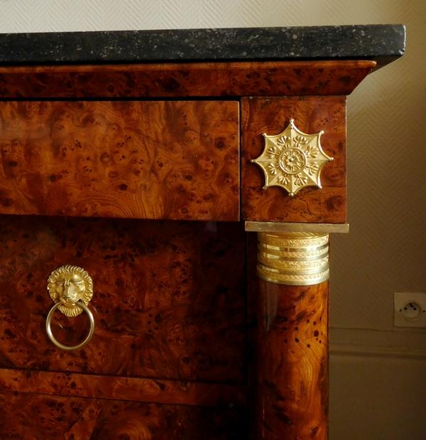 Rare commode d'époque Empire en loupe d'orme à colonnes et bronzes dorés au mercure