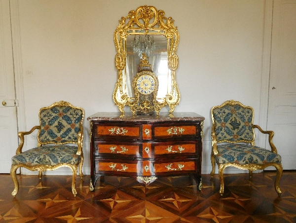 Commode à face galbée d'époque Régence - début Louis XV, bois de rose et de violette