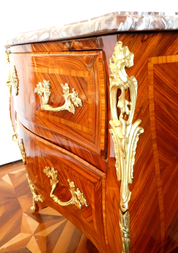 commode sauteuse d entre deux d 39 poque louis xv en marqueterie de bois de rose marbre br che. Black Bedroom Furniture Sets. Home Design Ideas