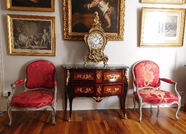 Commode sauteuse en marqueterie d'époque Louis XV, estampillée Reizell, ébéniste du Prince de Condé
