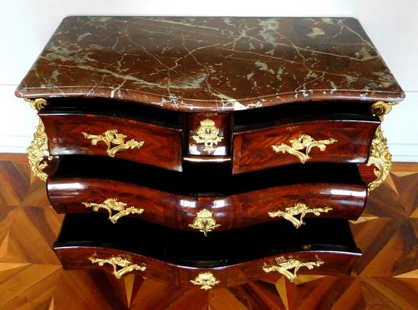 Commode tombeau en bois de violette d'époque Régence - Louis XV attribuée à Jean-Charles Saunier