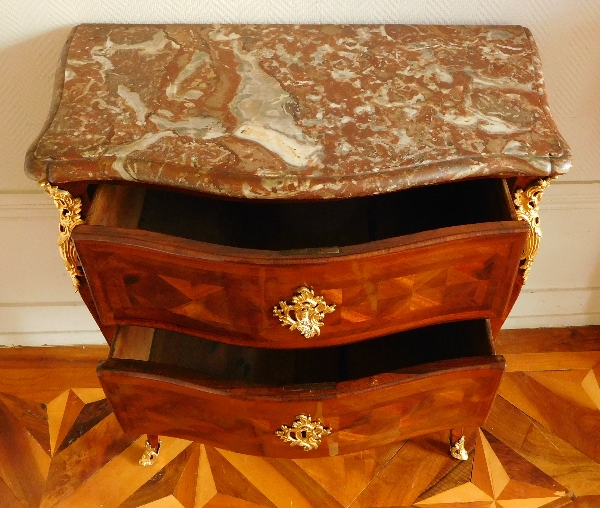 Petite commode sauteuse d'époque Louis XV en bois de violette, estampille de François Garnier