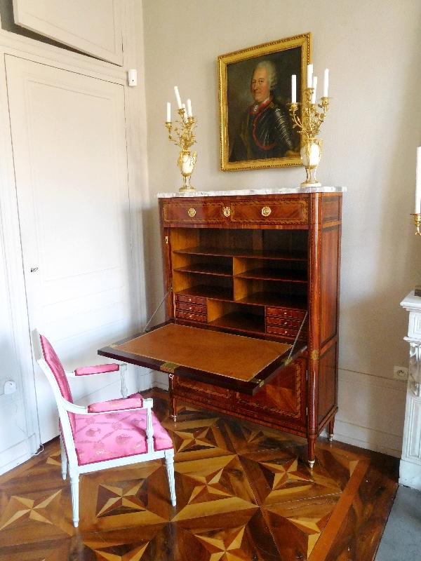 Secrétaire d'époque Louis XVI en marqueterie bois de rose et satiné, bronze doré, marbre fleur de pêcher