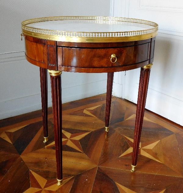 Table bouillotte en acajou d'époque Louis XVI, garniture de bronze ciselé et doré à l'or