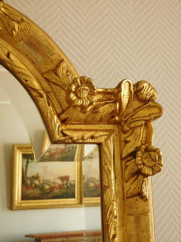 Miroir de style Régence en bois doré à la feuille d'or, glace biseautée