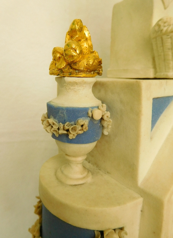 Pendule en biscuit et bronze doré d'époque Directoire : La Fileuse - allégorie du destin