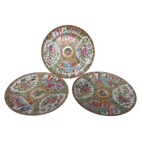Série de 3 assiettes à dessert en porcelaine de Canton aux scènes de palais